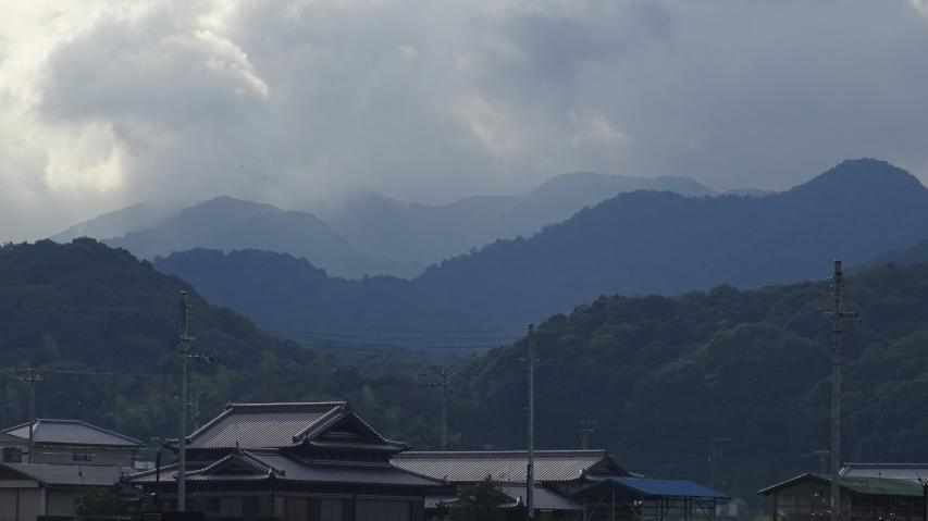今朝はお山に雲がかかっています