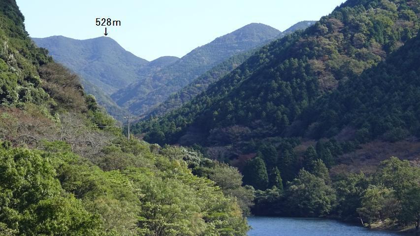 幽邃な山と神秘的な池
