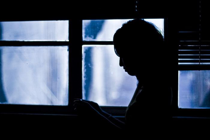フリー画像女と窓