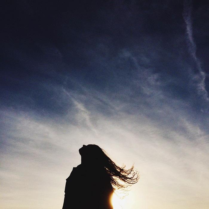 フリー画像空を仰ぐ女