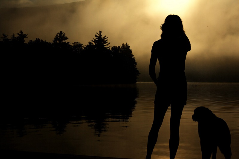 フリー画像女のシルエット夕陽の中で