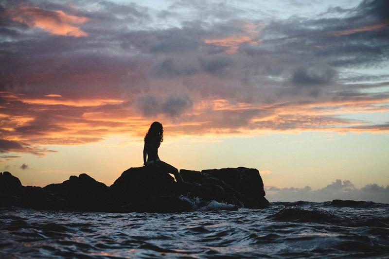 フリー画像海に佇む女