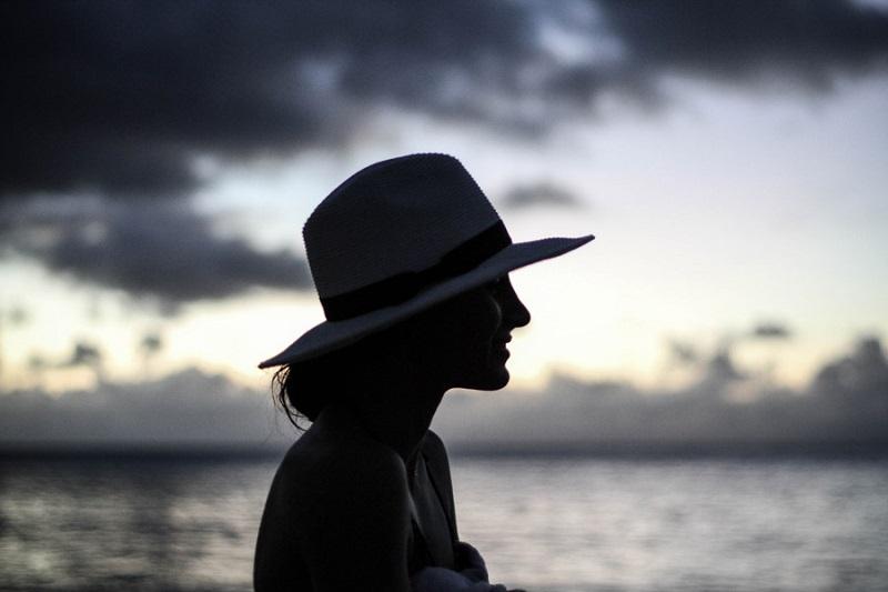 フリー画像帽子をかぶる女
