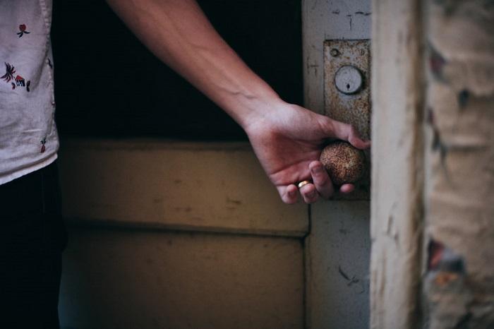 フリー画像ドアノブを開ける手