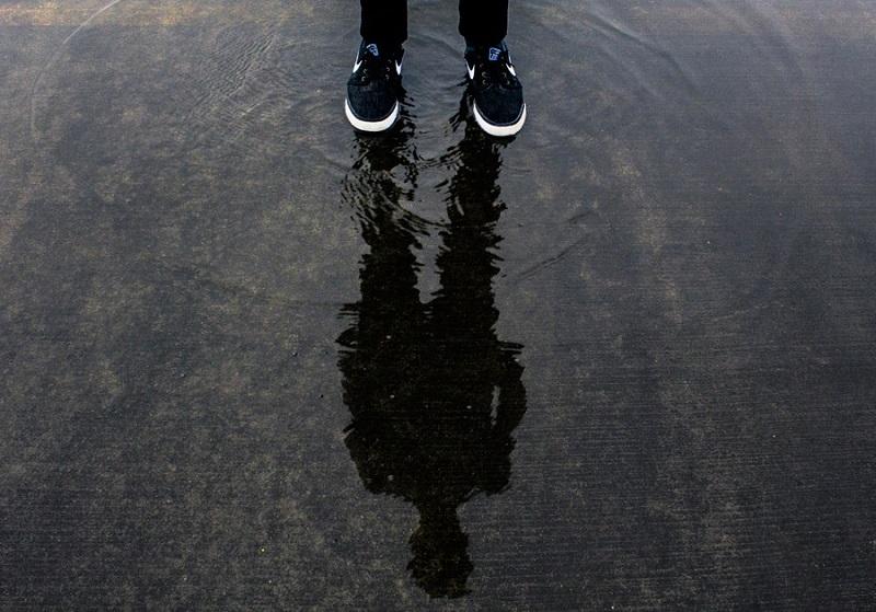 フリー画像スニーカーの足元と水たまり