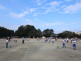 サッカー教室 鶴ヶ島長久保小学校にて 2016-10-2 (1)_R
