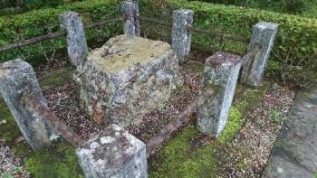 雲巌寺 水戸黄門の御手つき石