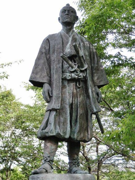 440px-Salmon_Museum_Aoto_Buheiji_statue.jpg