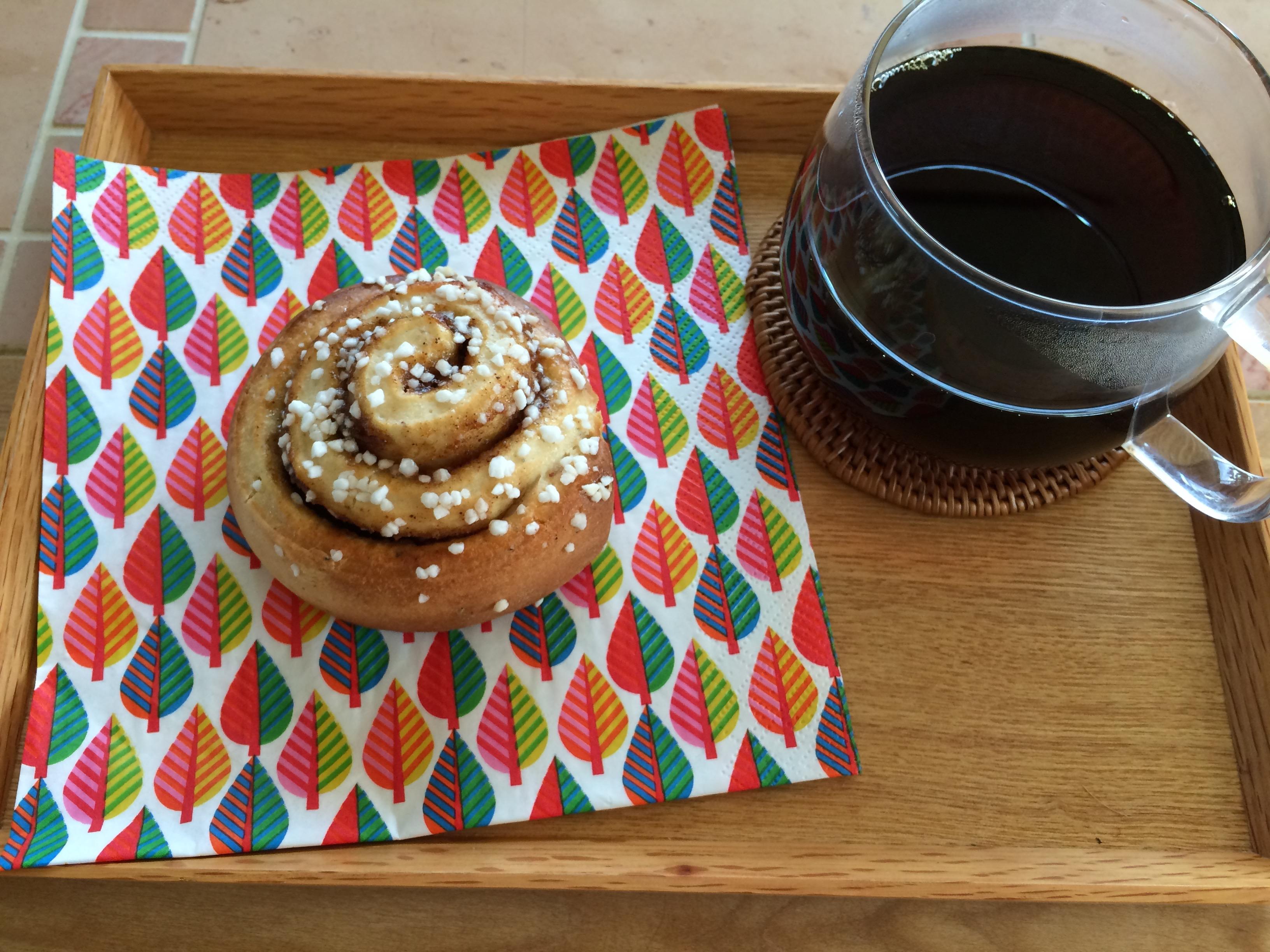 イケアシナモンロールとコーヒー