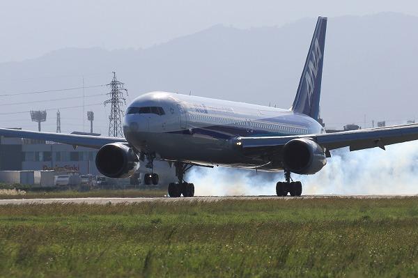 NH B767-381ER JA607A RJOM 161010 02