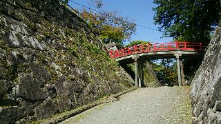本丸(左)と橋 盛岡城