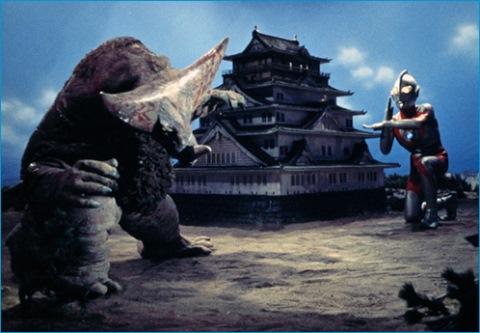 大阪城をバックに戦うウルトラマンとゴモラ