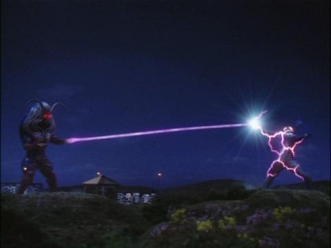 光の鞭でウルトラマンコスモスを苦しめるカオスジラーク