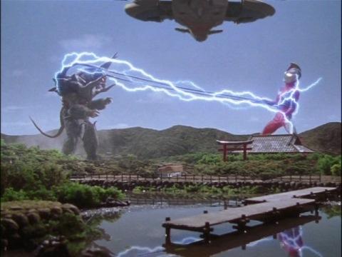 グラガスの触手に捕らわれ、電流に苦しむウルトラマンコスモス(コロナモード)