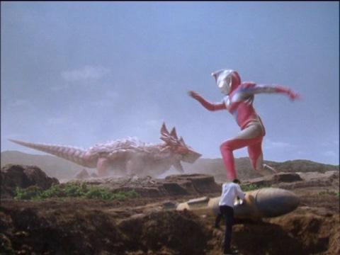 コスモスとカオステールダスが戦う中、NX弾の処理をするフブキ隊員