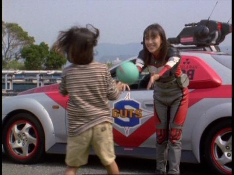 ボールを投げてあげるユミムラ・リョウ隊員(演:斉藤りさ)