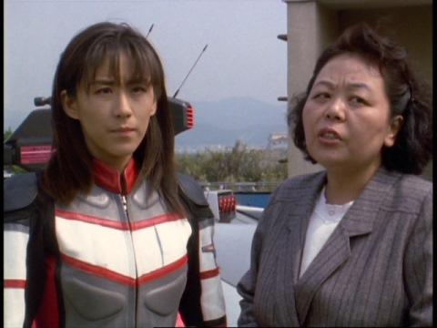 由香ちゃんの事が気になるユミムラ・リョウ隊員(演:斉藤りさ)