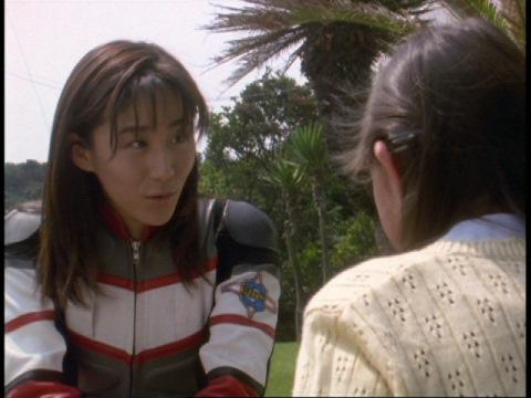 由香ちゃんに優しく話しかけるユミムラ・リョウ隊員(演:斉藤りさ)
