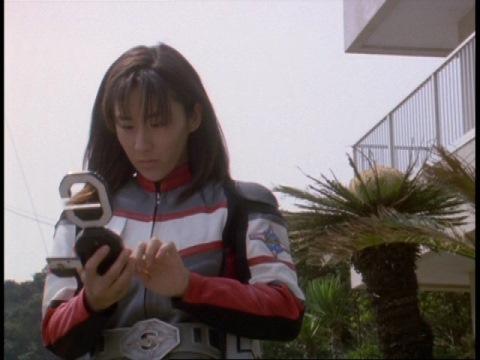 通信機が乱れたことを不審に思うユミムラ・リョウ隊員(演:斉藤りさ)