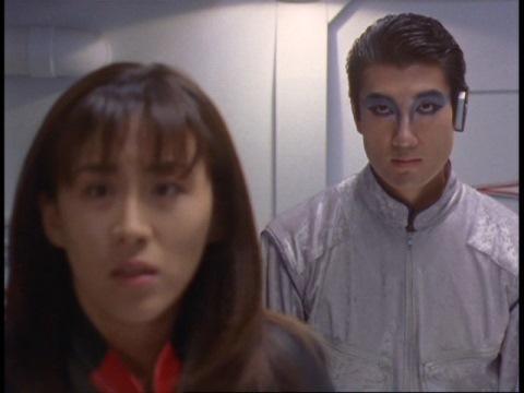 由香ちゃんが人質に取られたことに驚くユミムラ・リョウ隊員(演:斉藤りさ)