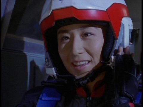 月の遺跡を確認し、通信するユミムラ・リョウ隊員(演:斉藤りさ)