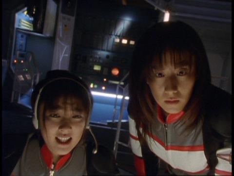 基地内の異変に驚くミドリカワ・マイ隊員とユミムラ・リョウ隊員(演:斉藤りさ)