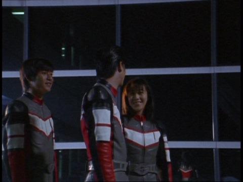 月を見上げるカリヤ隊員に話しかけるユミムラ・リョウ隊員(演:斉藤りさ)