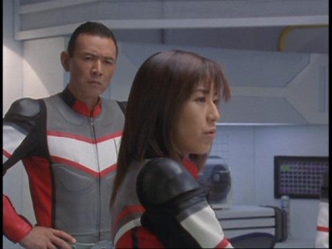 オオトモ博士の行動を不信がるユミムラ・リョウ隊員(演:斉藤りさ)