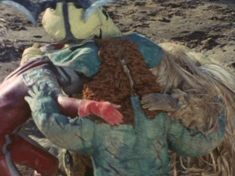 円陣を組んでいたウルトラセブンと怪獣3匹