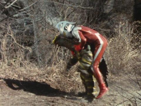 キーラーの背中に飛び乗るウルトラセブン