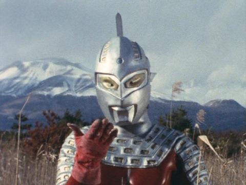 """戦う2匹を指さし、""""クルクルパー""""をするウルトラセブン"""