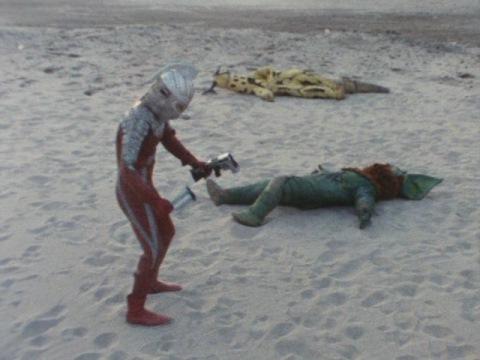 イカルスのライフルをへし折るウルトラセブン