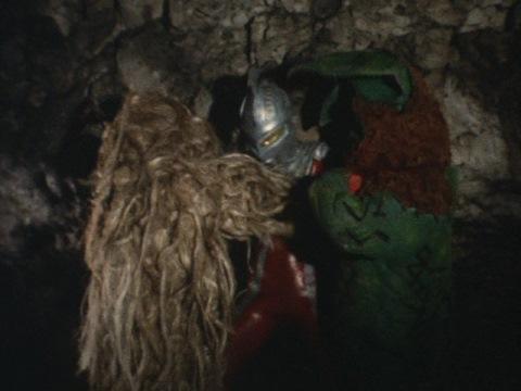 洞窟の中で戦うウルトラセブンとイカルス・ウー