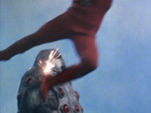 レオキックがガメロットの頭部を直撃