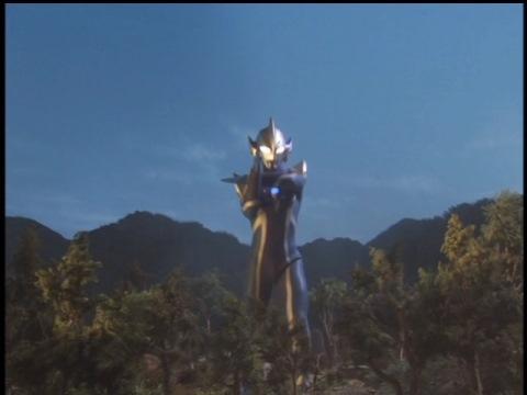 首だけで襲ってきたムカデンダーをナイトシュートで粉砕したウルトラマンヒカリ