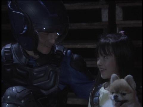 里奈(演:山田夏海)を助けに来た孤門隊員