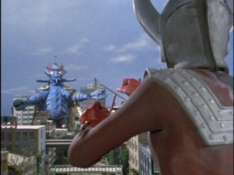 テンペラー星人に対峙するウルトラマンタロウ