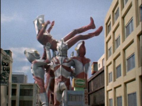 テンペラー星人を倒し、兄弟から胴上げされるウルトラマンタロウ