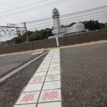 14:46 人丸前駅ホームの子午線。