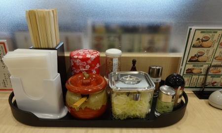 テーブルの上の箸や調味料