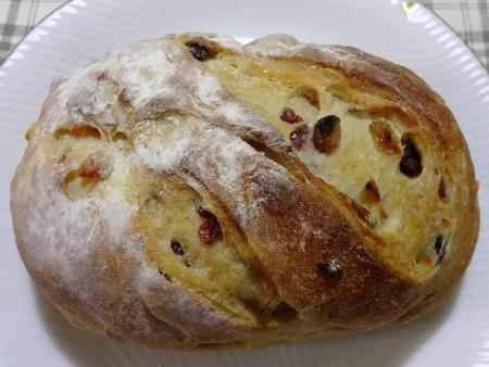 天然酵母パン チーズとドライフルーツ 540円