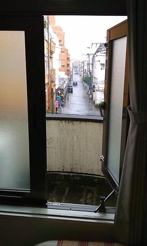 ベランダの向こうは雨の町
