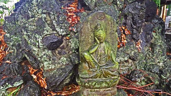 墓の周りの石仏