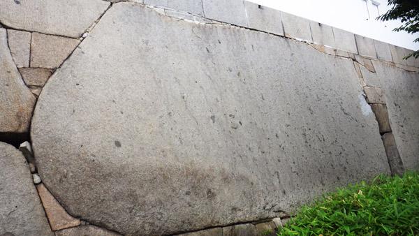 大手門枡形の巨石