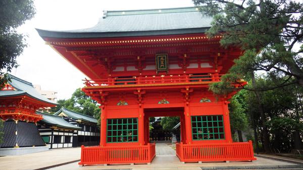 穴八幡の楼門
