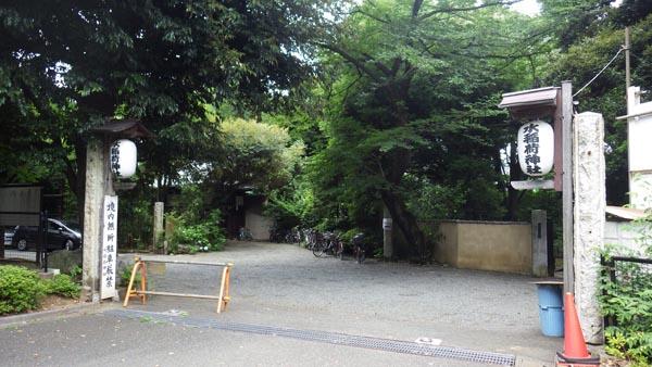 横からの水稲荷神社入り口