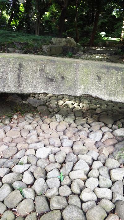 石の流れがある