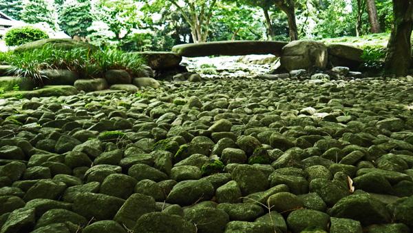 石の流れと橋