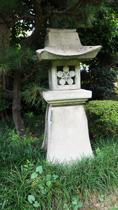 前田藩の家紋が入る石灯籠