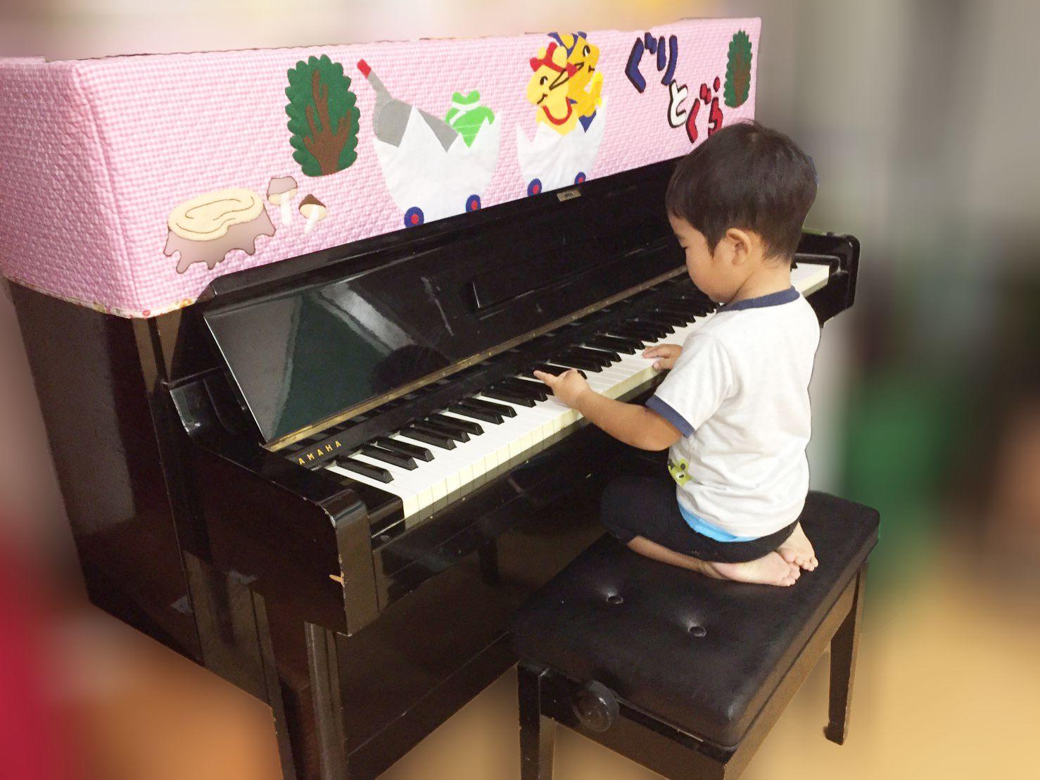 3歳児ピアノを弾く